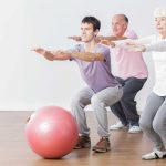 Ejercicio físico para mayores con una pelota: Posición inicial 'de pie'
