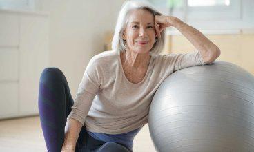 Ejercicio físico para mayores con una pelota: Posición inicial 'sentado'