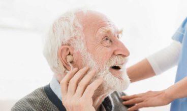 El oído en personas mayores: audífonos